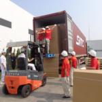 Bốc xếp hàng hóa tại công ty TNHH Thương mại Hoàng Châu.